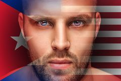 Een portret van een jonge ernstige mens, in van wie ogen de nationale vlaggen worden weerspiegeld royalty-vrije stock afbeelding