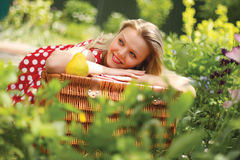 Een portret van meisje is in een de zomertuin Royalty-vrije Stock Afbeelding