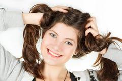 Een portret van meisje is in een sportkleding die haarhanden tolde Stock Foto's
