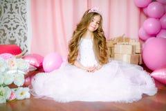 Een portret van een mooi meisje in een studio verfraaide vele kleurenballons Royalty-vrije Stock Foto