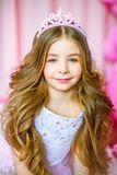 Een portret van een mooi meisje in een studio verfraaide vele kleurenballons Royalty-vrije Stock Fotografie