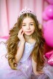 Een portret van een mooi meisje in een studio verfraaide vele kleurenballons Royalty-vrije Stock Foto's