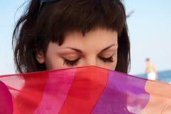 Een portret van mooie vrouw met gestreept weefsel Stock Fotografie