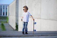 Een portret van uitdagende jongen met skateboard in openlucht royalty-vrije stock afbeelding