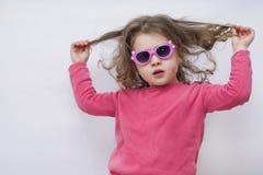 Een portret van een vrolijk meisje met glazen royalty-vrije stock foto's