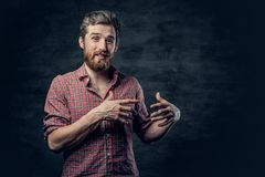 Een positief gebaard mannetje gekleed in een rood vachtoverhemd vertelt een verhaal met handbeweging stock fotografie