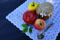 Een pot van appeljam en appelen stock foto's