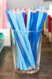 Een pot van blauwe potloden Stock Afbeelding
