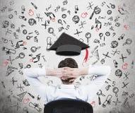 Een potentiële student denkt over de voordelen van onderwijs na stock fotografie