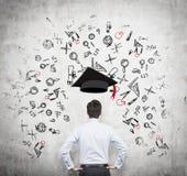 Een potentiële student denkt over de voordelen van onderwijs na stock afbeeldingen