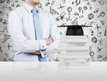 Een potentiële student denkt over het onderwijsproces na Stock Foto