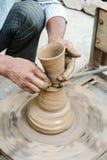 Een Pottenbakker die kleipotten maken