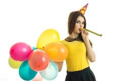 Een prachtig jong meisje bevindt zich voor de cameraslagen en houdt de kleurenballons Royalty-vrije Stock Afbeeldingen