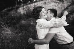 Een prachtig liefdeverhaal Jong paar dat rond de oude muur van kasteel loopt Rebecca 36 stock afbeeldingen