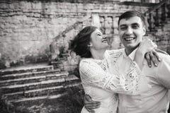 Een prachtig liefdeverhaal Jong paar die rond de oude muur van kasteel lopen Rebecca 36 royalty-vrije stock afbeelding