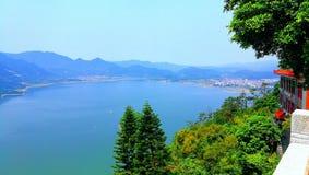 Een prachtig meer met een kleine stad royalty-vrije stock foto's