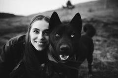 Een prachtig portret van een meisje en haar hond met kleurrijke ogen De Zwart-witte foto van Peking, China stock foto's