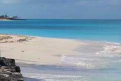Een prachtig wit zandstrand in de Caraïben, Long Island, de Bahamas stock afbeelding