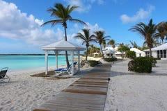 Een prachtig wit zandstrand in de Caraïben, Long Island, de Bahamas stock fotografie