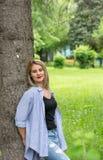 Een prachtige de zomerdag met een mooi meisje Stock Foto