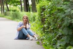Een prachtige de zomerdag met een mooi meisje Royalty-vrije Stock Foto