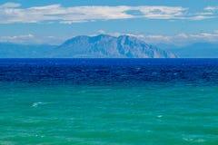 Een Prachtige Mening over het Mooie Blauwgroene Overzees - niveau op de Bergen op de Griekse Kust stock foto's