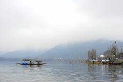 Een prachtige mening van Kashmir dichtbij het meer in Srinagar Mensen die hier een boot met behulp van om van de overkant van mee Stock Afbeelding