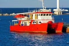 Een prachtige rode catamaran voor overzeese gangen in open zee wordt vastgelegd stock foto