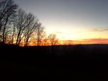 Een prachtige zonsondergang op de afdaling aan de vallei stock foto's