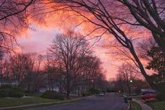 Een prachtige zonsondergang over een stad royalty-vrije stock foto
