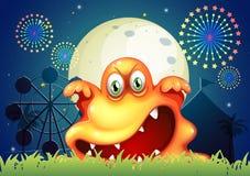 Een pretpark met een eng oranje monster Stock Foto