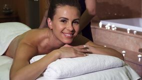 Een prettige masseuse maakt het meisje het professionele ontspannen masseert royalty-vrije stock foto's