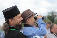 Een priester met een kind Stock Foto's