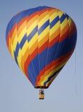 Een primaire spiraalvormige de hete luchtballon van de kleurenzigzag royalty-vrije stock foto's