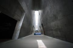 Een prisma-als driehoekige structuur van het nieuwe Museum van de Holocaustgeschiedenis in Yad Vashem, Jeruzalem royalty-vrije stock foto's