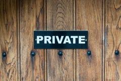 Een PRIVÉ teken op een houten deur van het voorteken op houten royalty-vrije stock afbeelding