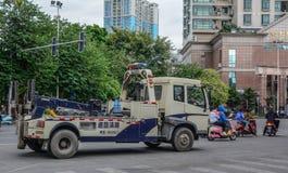 Een privé vrachtwagen met kraan op straat stock foto