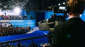 Een professionele cameraman schiet een menigte van mensen op de studio4k camera Signaaltransmissie over lange afstanden via royalty-vrije stock afbeeldingen