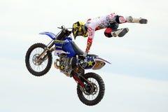 Een professionele ruiter bij concurrentie de van FMX (Vrij slagmotocross) Stock Afbeelding