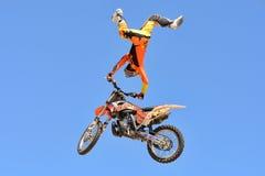 Een professionele ruiter bij concurrentie de van FMX (Vrij slagmotocross) Stock Foto