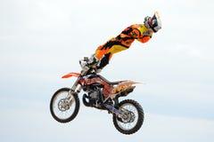 Een professionele ruiter bij concurrentie de van FMX (Vrij slagmotocross) Royalty-vrije Stock Foto's