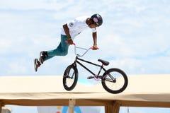 Een professionele ruiter bij concurrentie de van MTB (Berg Biking) op het Vuilspoor Royalty-vrije Stock Foto