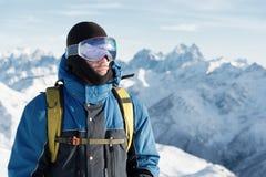 Een professionele snowboarder bevindt zich met zijn snowboard Close-up Portret van freerider Royalty-vrije Stock Foto's