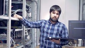 Een programmeur bekijkt camera stock videobeelden