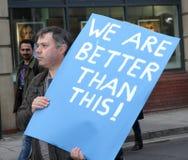 Een Protesteerder houdt een Optimistisch Teken bij een anti-Troefverzameling Royalty-vrije Stock Foto's