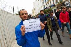 Een protesteerder met een Arabische affiche royalty-vrije stock afbeelding