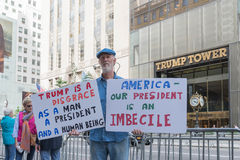 Een protesteerder tegen President Donald Trump stock fotografie