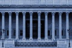 Een publiekrechtelijk hof in Lyon, Frankrijk, met kolommen van een de neoklassieke colonnade Corinthische stijl - in blauwe kleur royalty-vrije stock foto