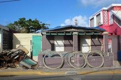 Een Puerto Ricaans huis wacht op reparatie na Orkaan Maria stock foto's