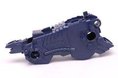 Een purper gekleurd gevormd stuk speelgoed stuk van een robotachtig deel met futuristisch vreemd ontwerp stock fotografie